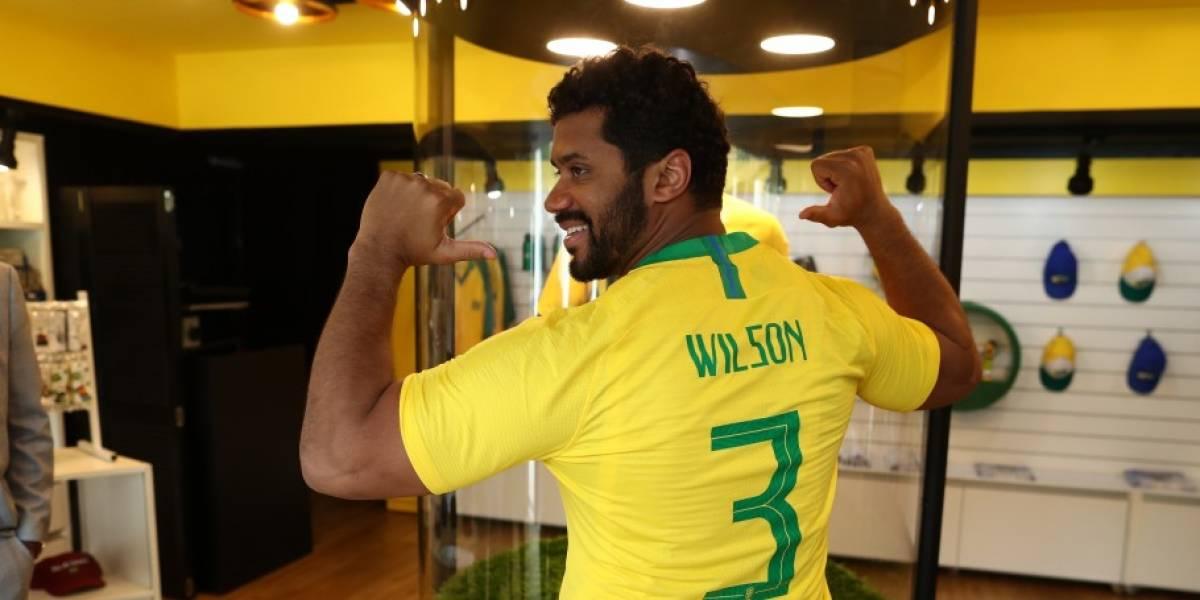 Astro do futebol americano Russell Wilson visita CBF e veste camisa da seleção brasileira