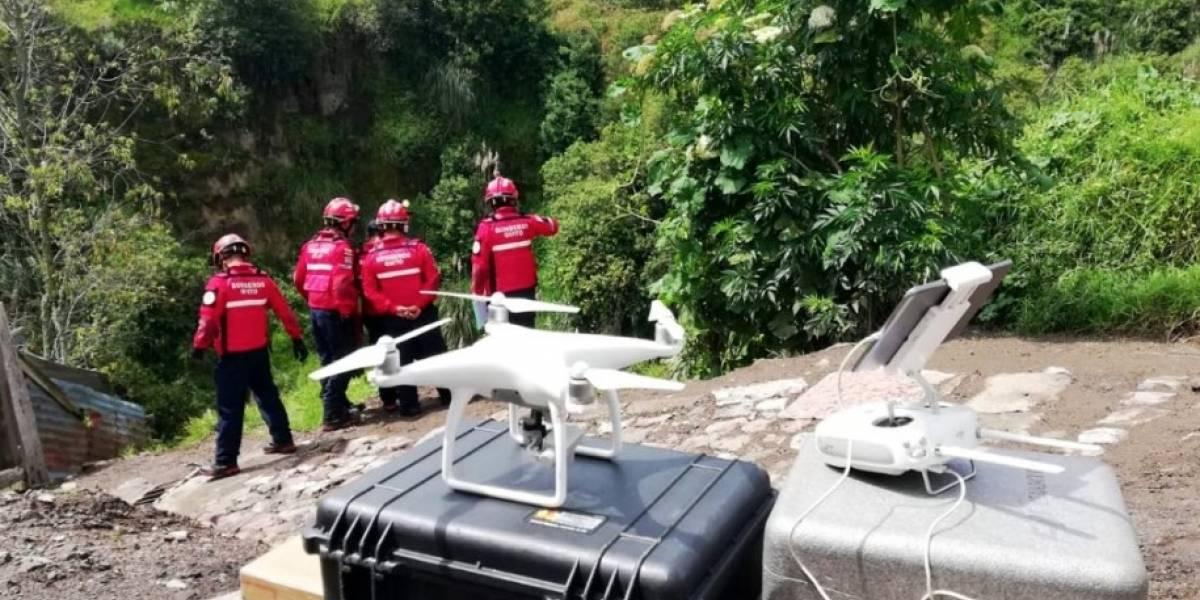Quito: Bomberos realizan búsqueda de posible persona caída en quebrada