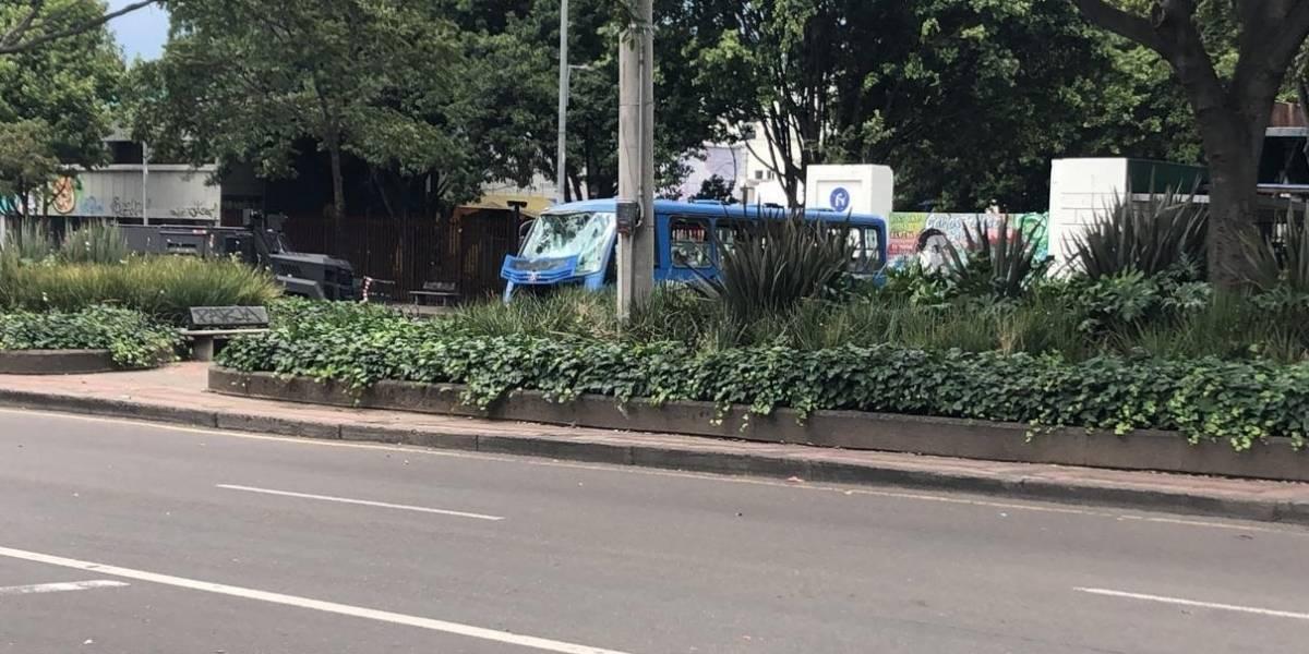 FOTOS Y VIDEOS: Encapuchados vandalizan bus del Sitp en el norte de Bogotá