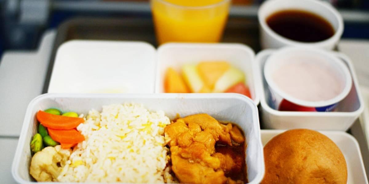 """El """"asqueroso ingrediente"""" que encontró pasajero en la comida que le sirvieron en avión de la """"mejor aerolínea del mundo"""""""