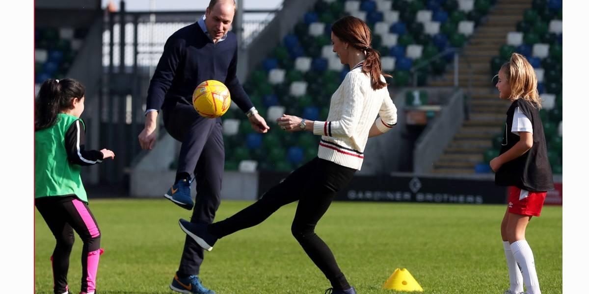 Príncipe William e Kate batem bola em visita surpresa à Irlanda do Norte