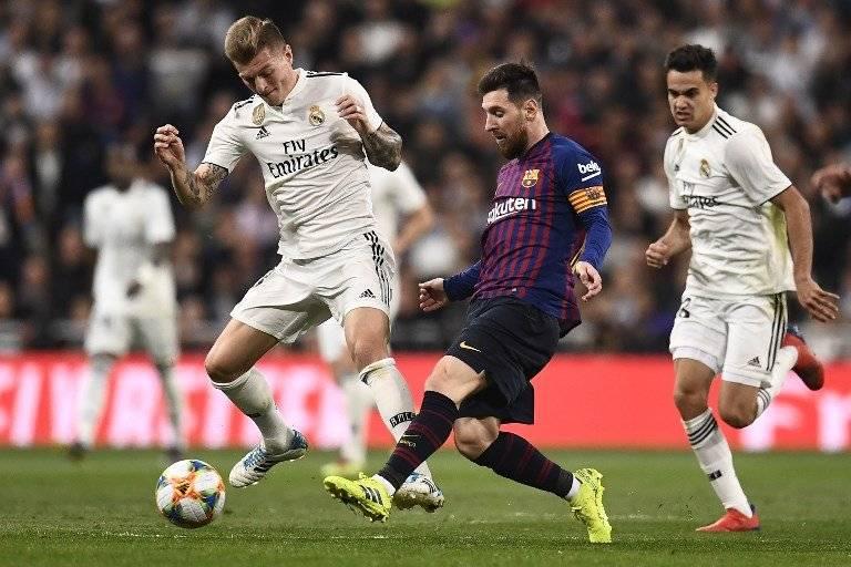 Messi da un pase durante el clásico ante el Madrid