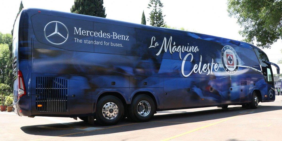 Padre da bendición a jugadores y nuevo autobús de Cruz Azul