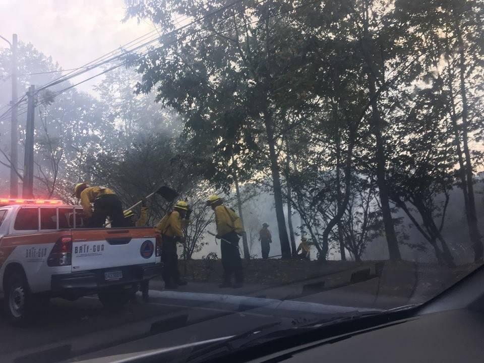 Bomberos Voluntarios apagan incendio forestal en Vista Hermosa. Foto: Paula Peinado