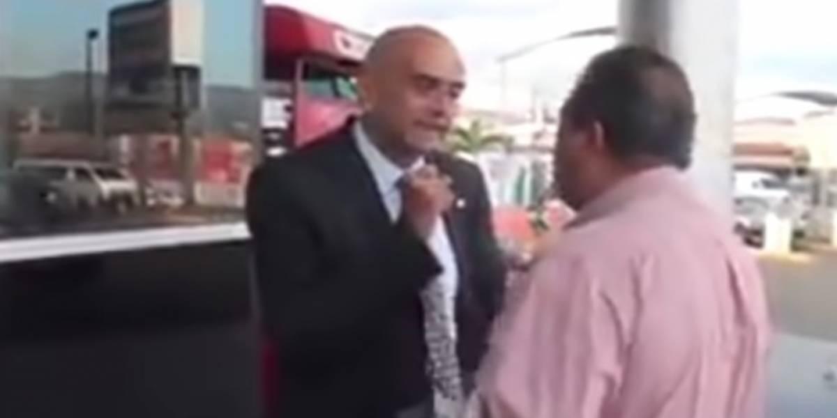 Reportero hondureño agrede en la cara a representante de Juan Guaidó