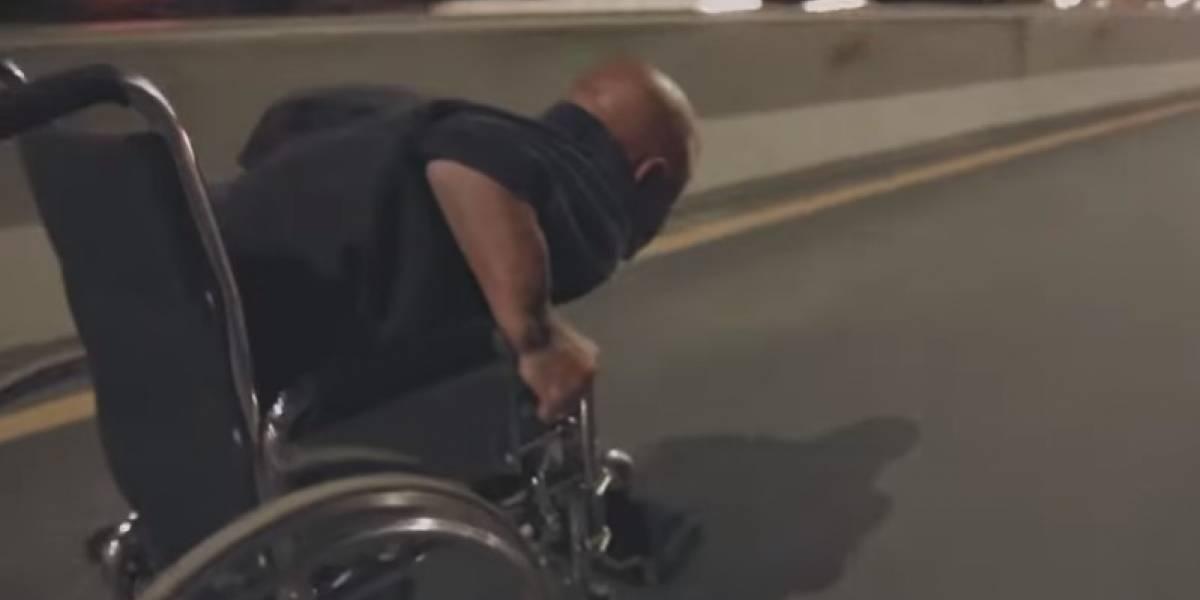Video: joven en silla de ruedas baja disparado por una vía de doble calzada