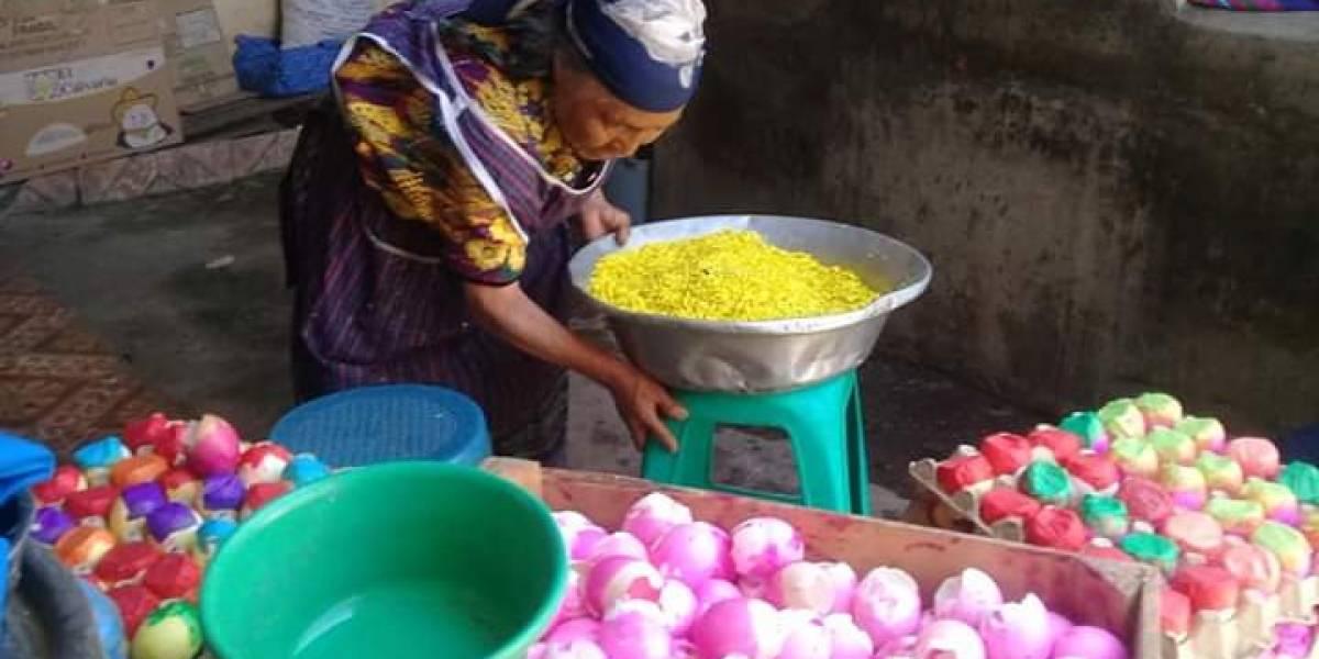Ancianita dedica su vida a la fabricación de cascarones en Totonicapán