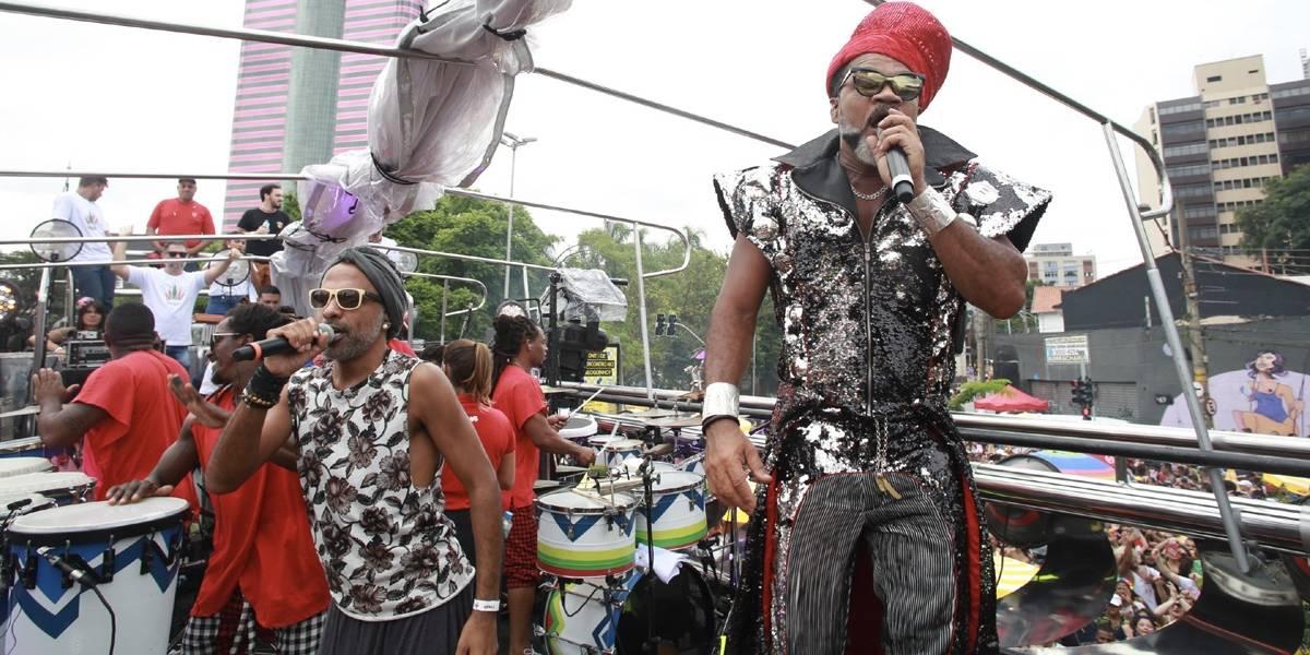 Carlinhos Brown estreia no carnaval de SP e puxa multidão