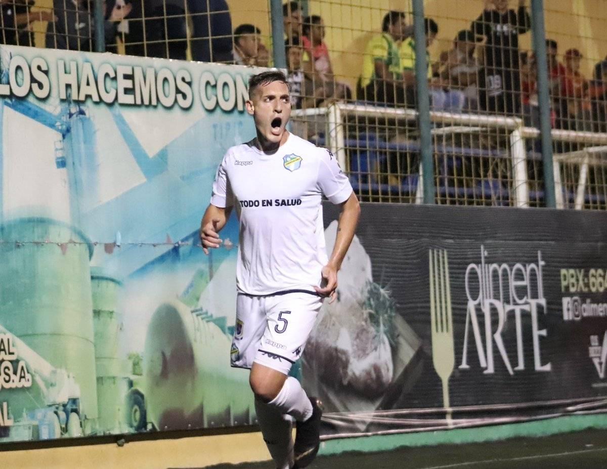 Hernández celebra su primer gol con los cremas