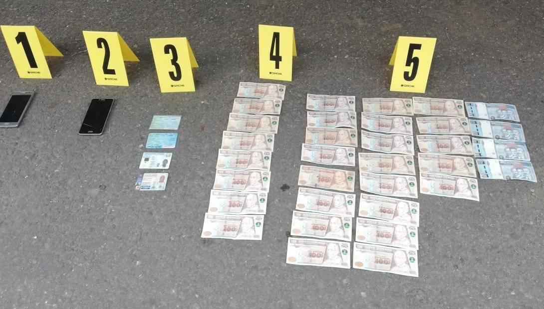 Dentro del camión también se encontró dinero en efectivo. Foto: PNC