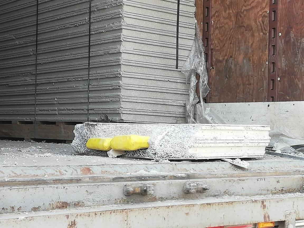 Las planchas de concreto que iban en el camión contenían unos paquetes que serán examinados. Foto: PNC