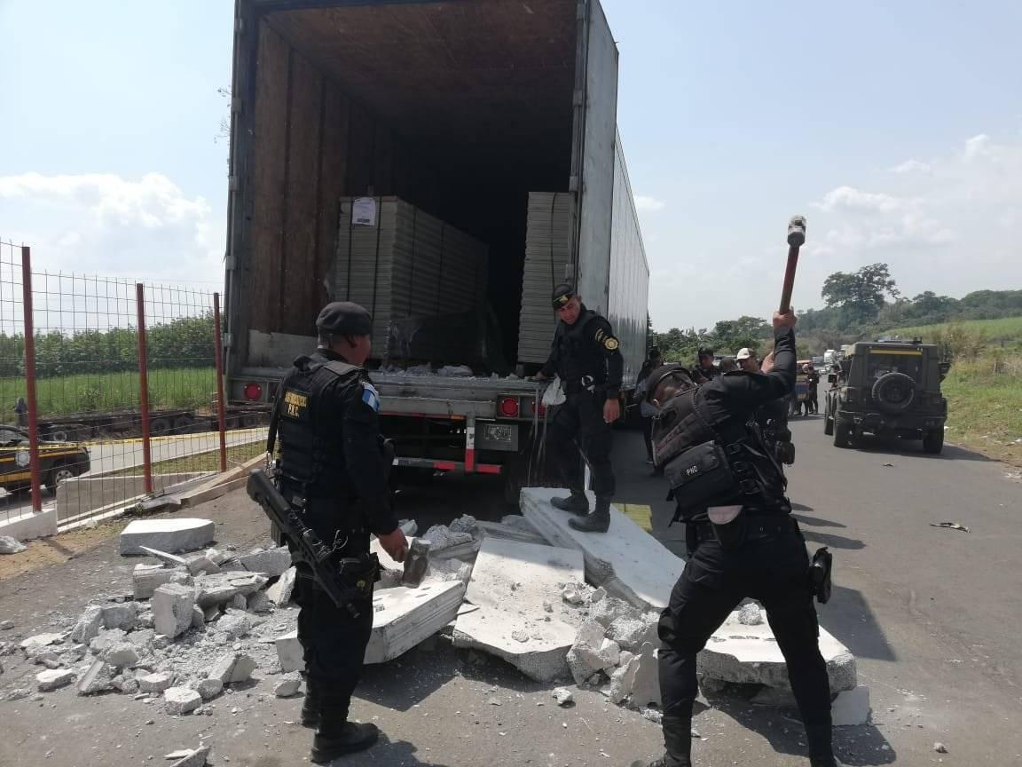 Dentro del camión había planchas de concreto. Foto: PNC