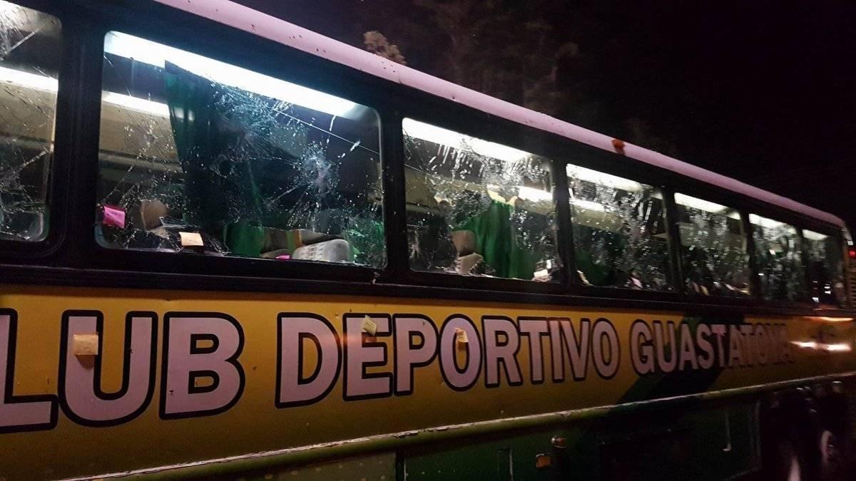 Bus de Guastatoya afuera del estadio Verapaz
