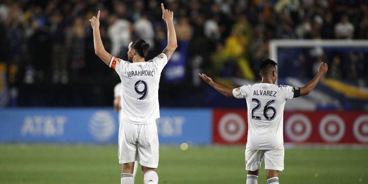 Zlatan Ibrahimovic propina zape al joven mexicano Efraín Álvarez