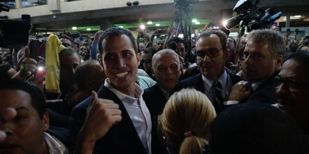 Guaidó llega al aeropuerto de Caracas y logra pasar filtros de seguridad sin ser detenido