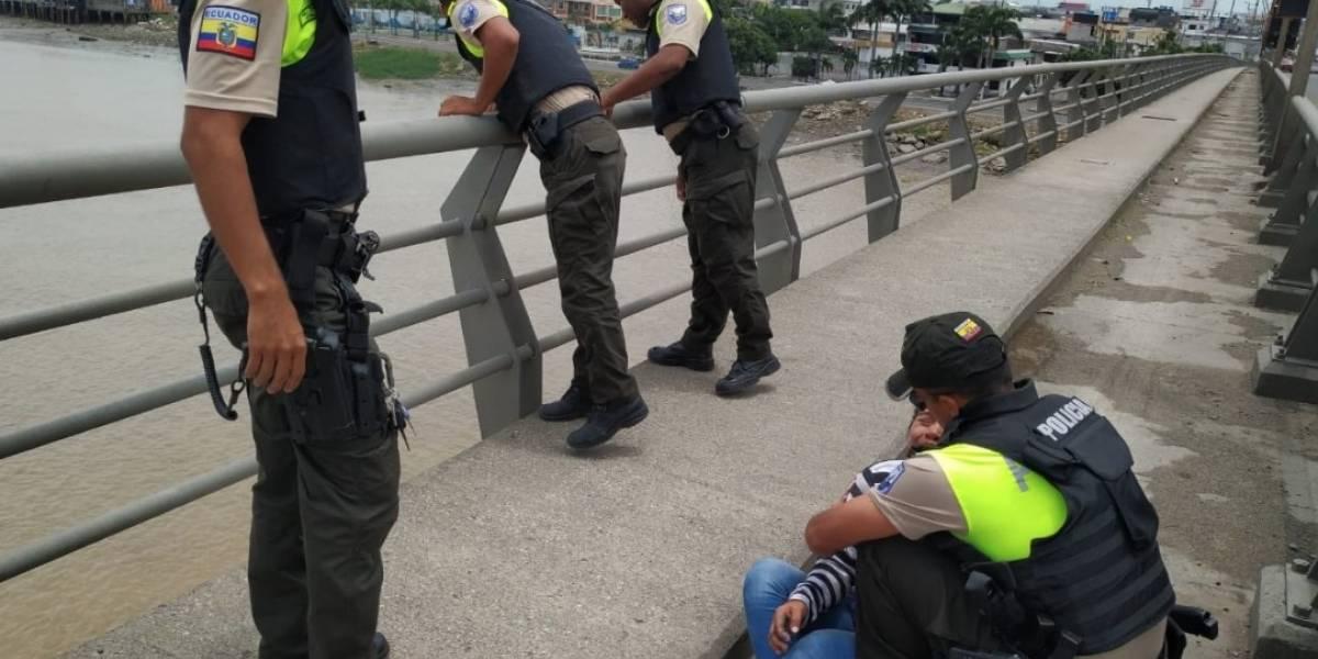 Policía Nacional evitó que mujer se lance al río Guayas