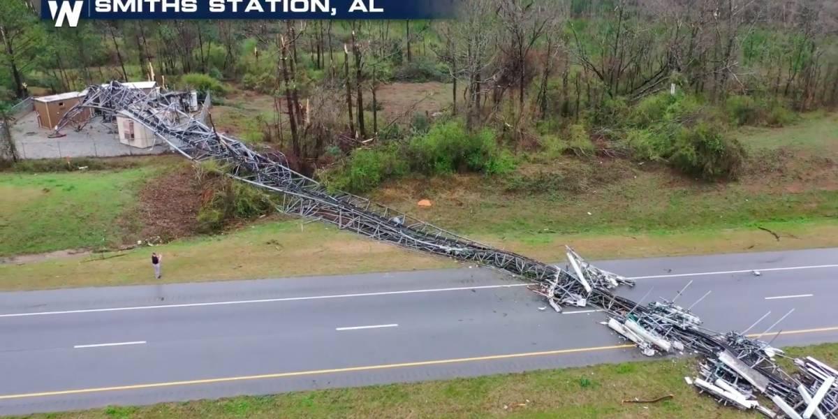 Imágenes de tornado en Alabama derribando una torre de comunicación
