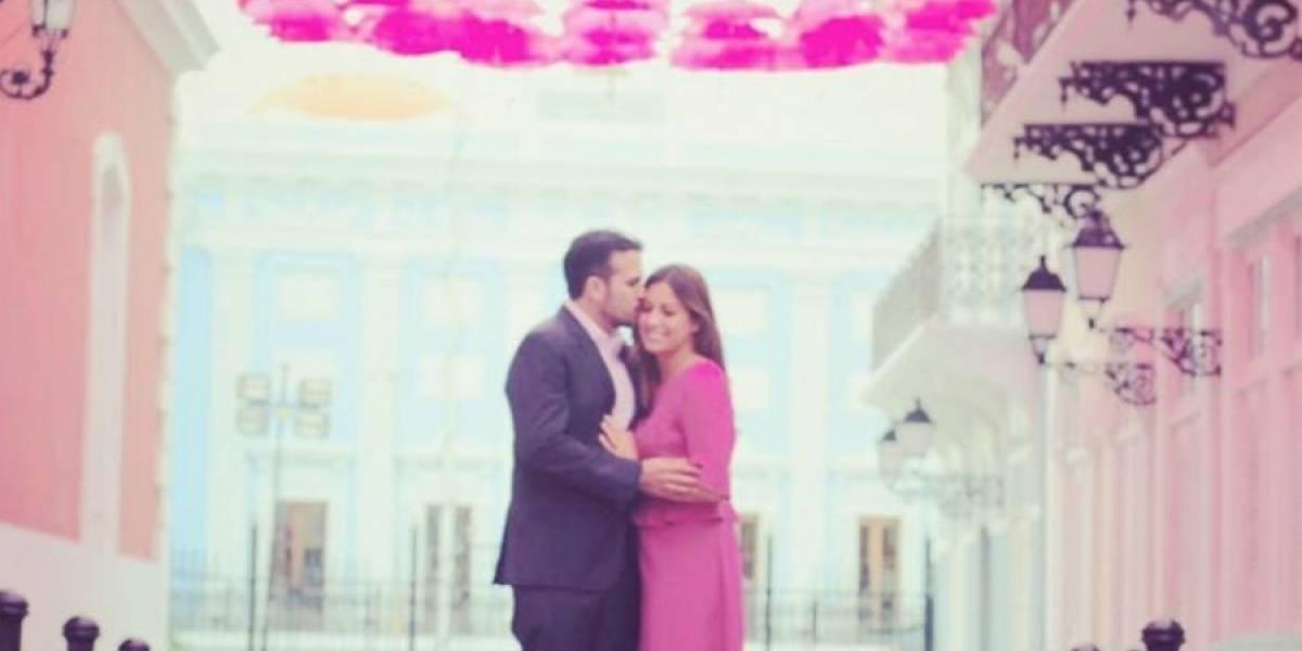 Primera dama y Gobernador posan en el Paseo de Las Sombrillas por una buena causa