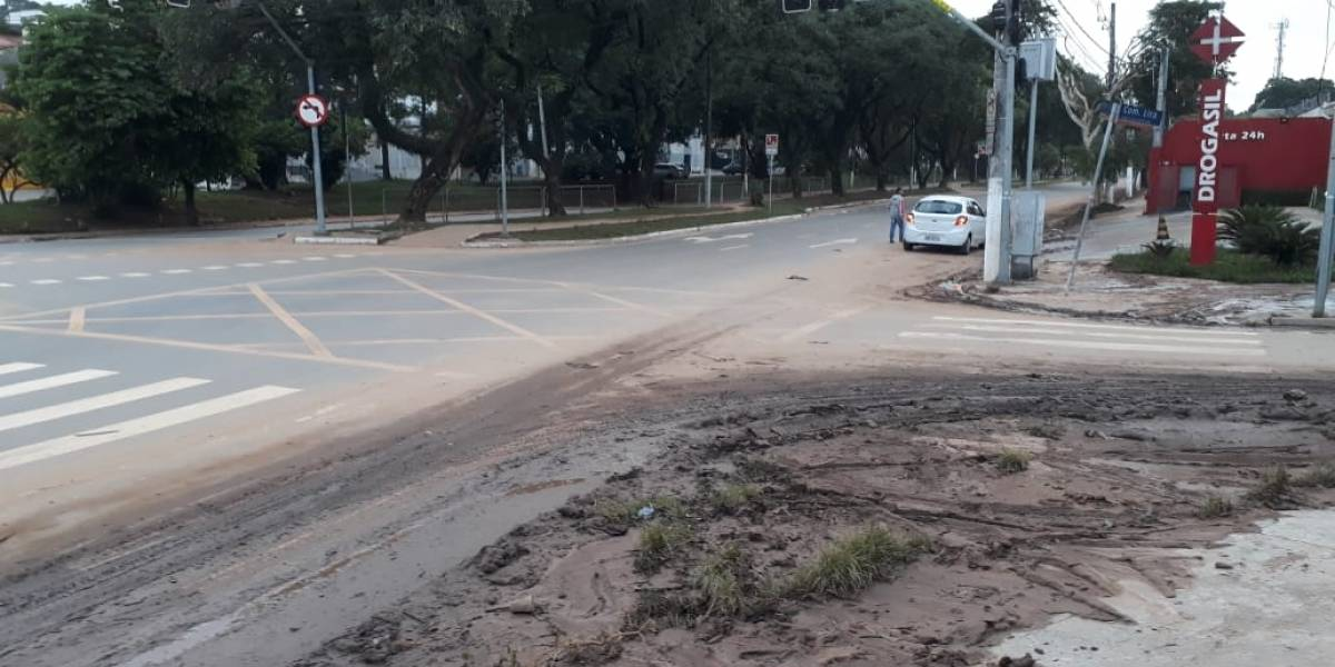 Lama invade calçadas na zona oeste de São Paulo