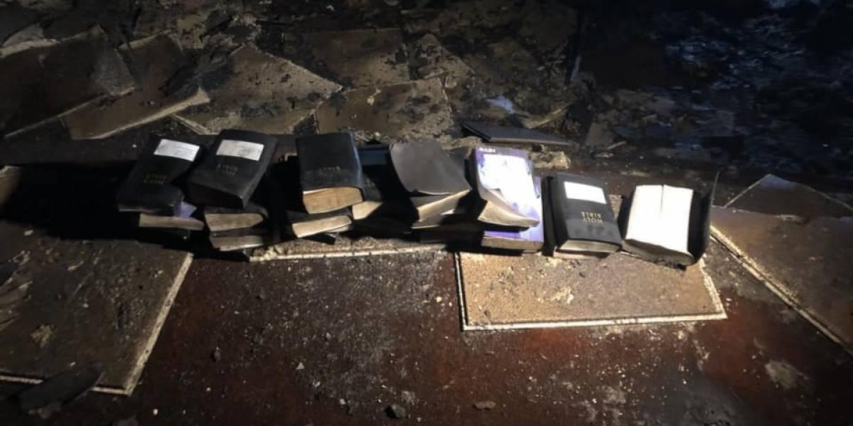 Un milagro de Dios: incendio en una iglesia en Estados Unidos consume todo a su paso menos una docena de biblias y un crucifijo