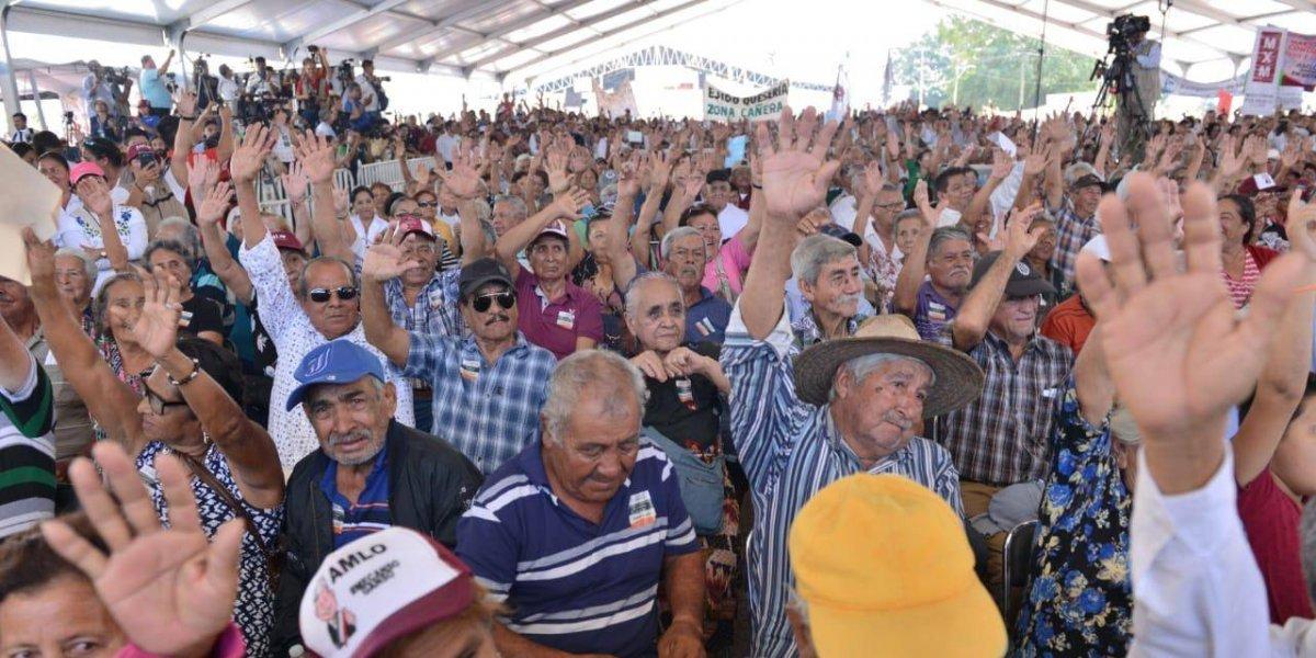Abuchean a gobernador de Colima; AMLO exige respeto