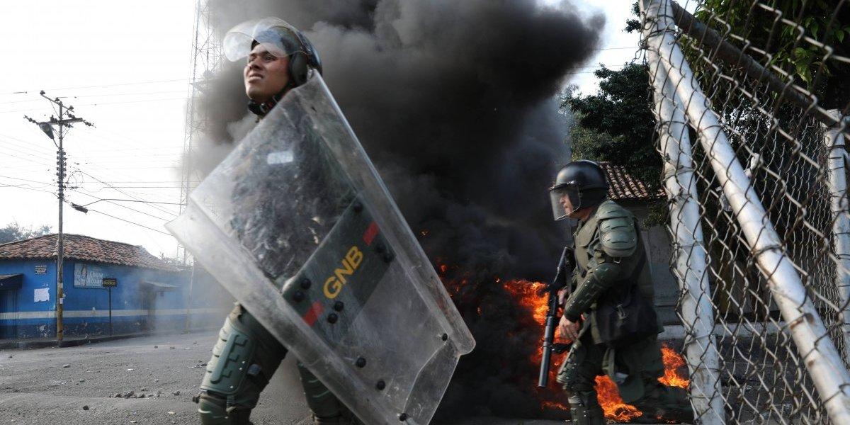 """""""Usted no es el sargento del mundo"""": niño enfrenta a la Guardia Nacional Bolivariana que impide paso fronterizo en Venezuela"""