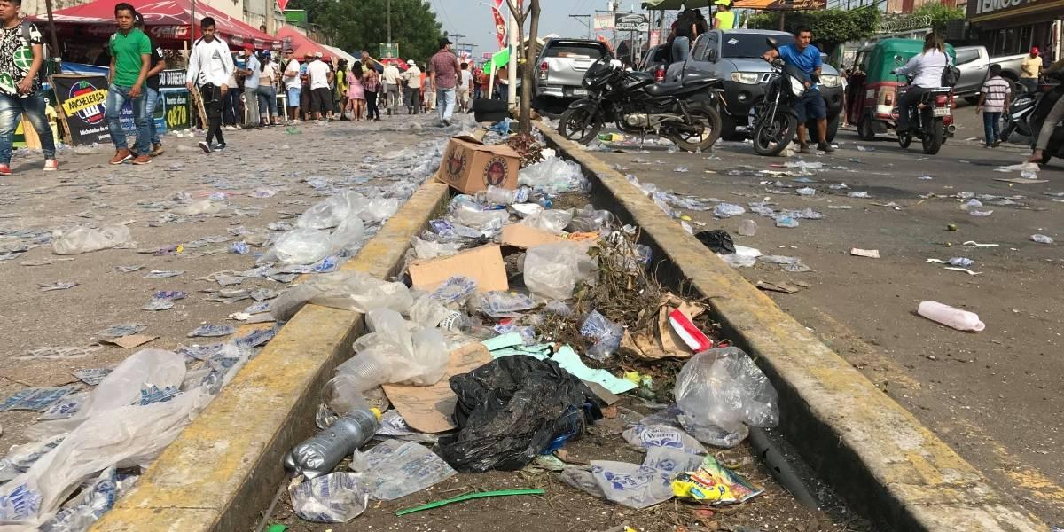 Cientos de bolsas plásticas y desechos inundan las calles de Mazatenango tras paso de desfile