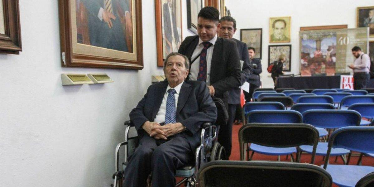 Ayudan a Porfirio Muñoz Ledo a moverse en San Lázaro con silla de ruedas