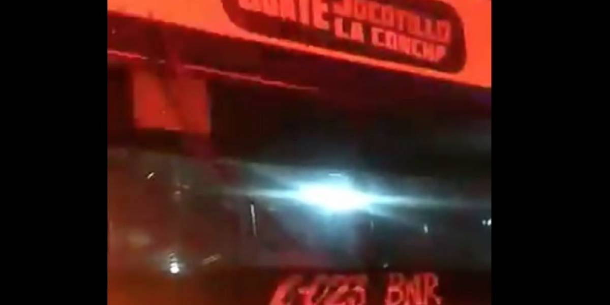 Piloto y pasajero de bus resultan heridos por ataque armado en ruta a El Salvador