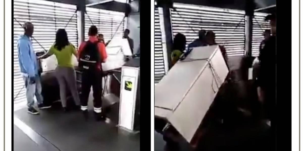 VIDEO: Usuarios metieron una nevera en TransMilenio luego de amenazar a funcionaria de TuLlave