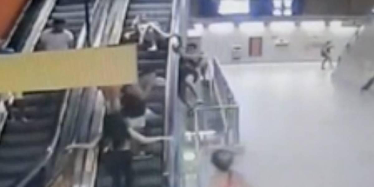 VÍDEO: Folião cai cinco metros da escada rolante do metrô
