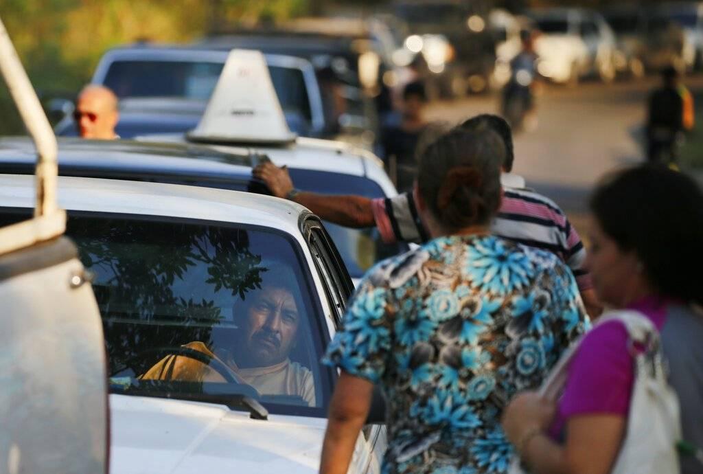 En las calles se ven largas filas para cargar gasolina Foto: AP