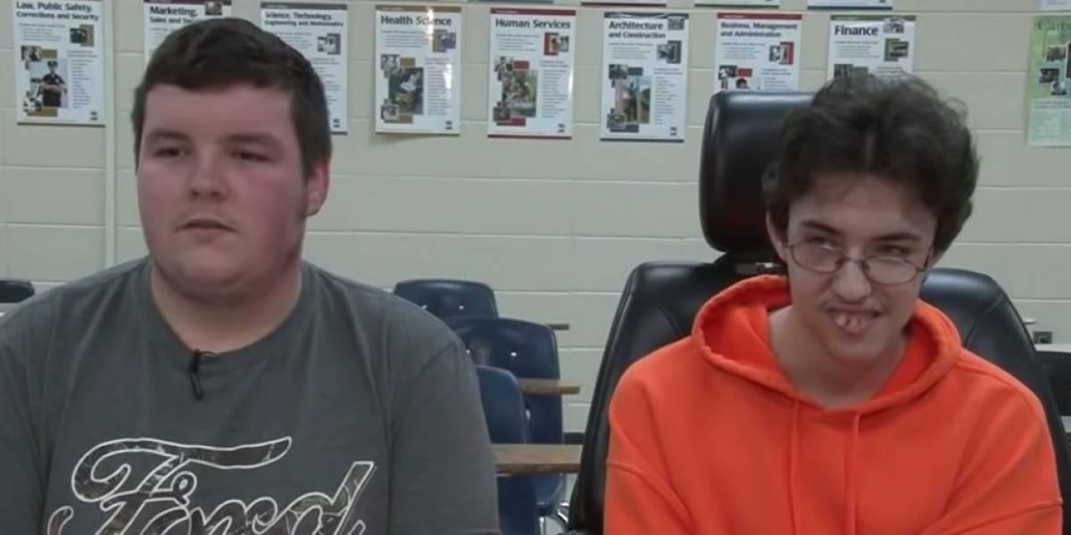 Joven ahorró dinero por 2 años para comprarle una silla de ruedas eléctrica a su amigo