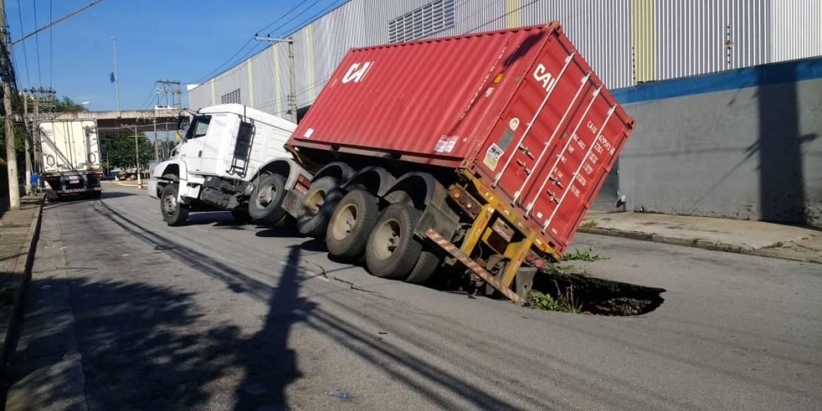 Asfalto cede e derruba caminhão na Vila Anastácio