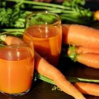 Suco de cenoura para desinchar, proteger a saúde da pele e limpar o corpo