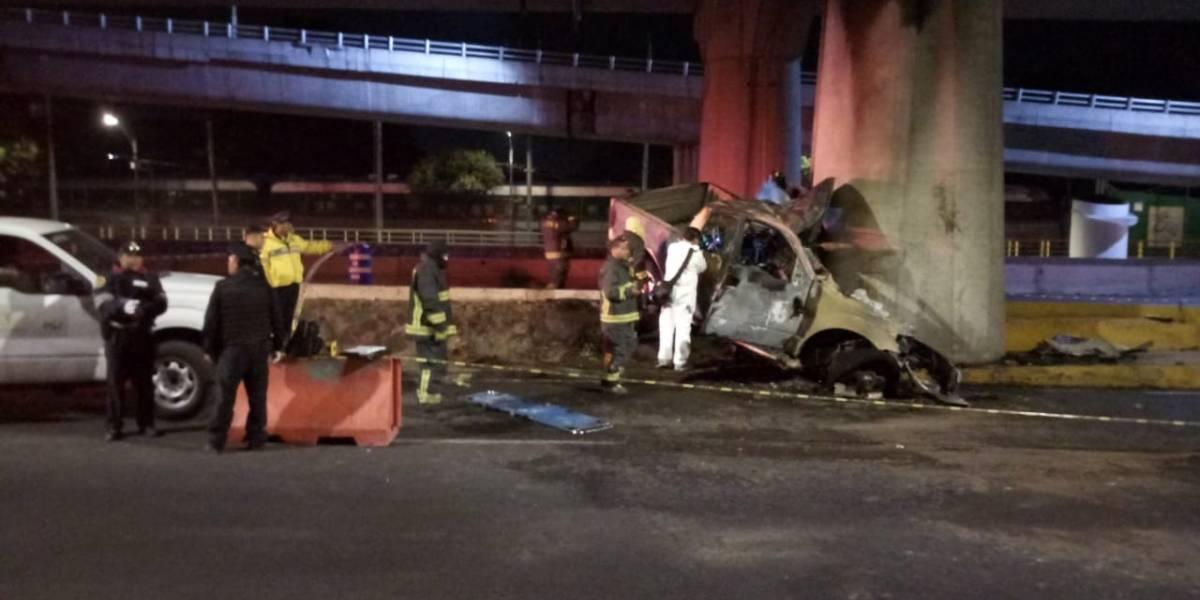 Muere una persona al chocar camioneta contra una columna en Periférico
