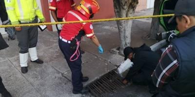 Localizan a hombre fallecido dentro de vehículo en zona 2