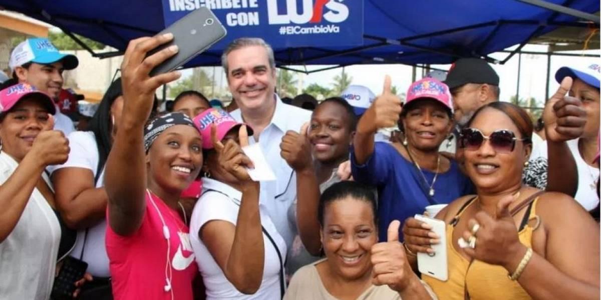 Luis Abinader se reúne con mujeres en el ensanche Capotillo