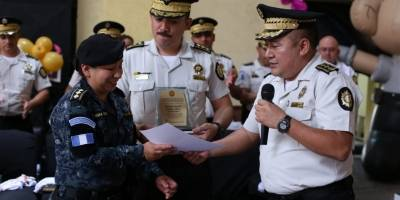 PNC reconoce a agentes mujeres