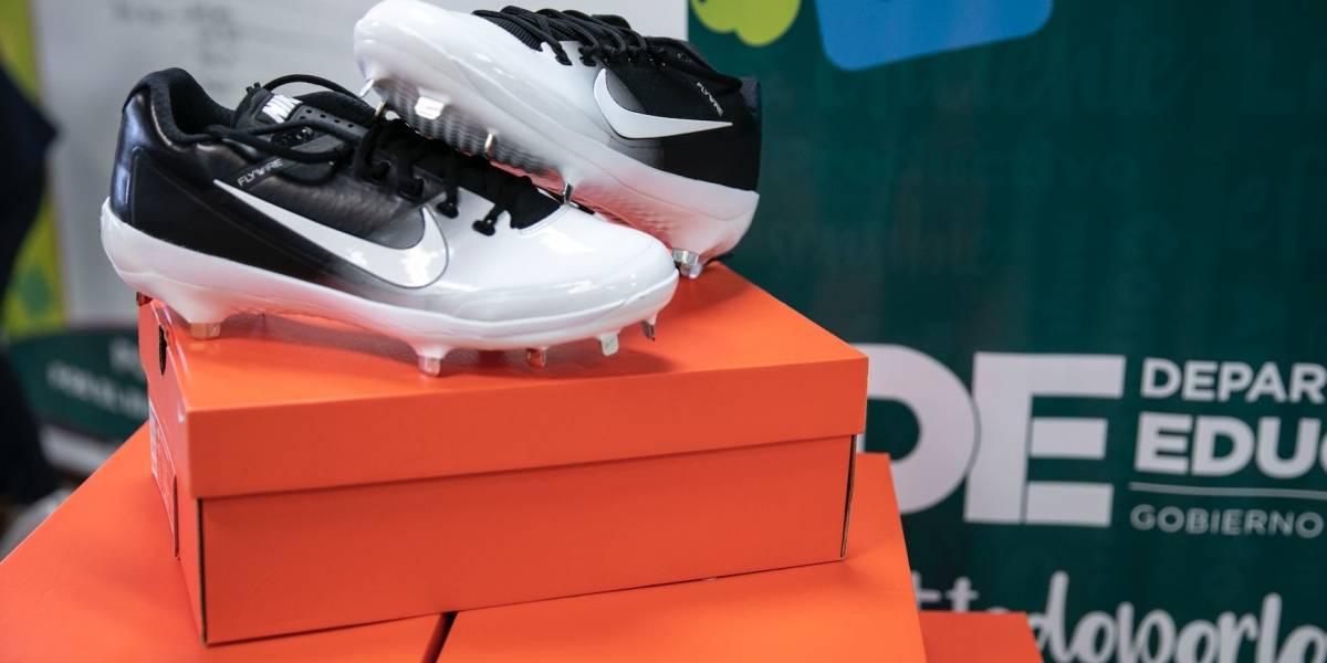 Entregan zapatos deportivos a estudiantes de escuela especializada en béisbol