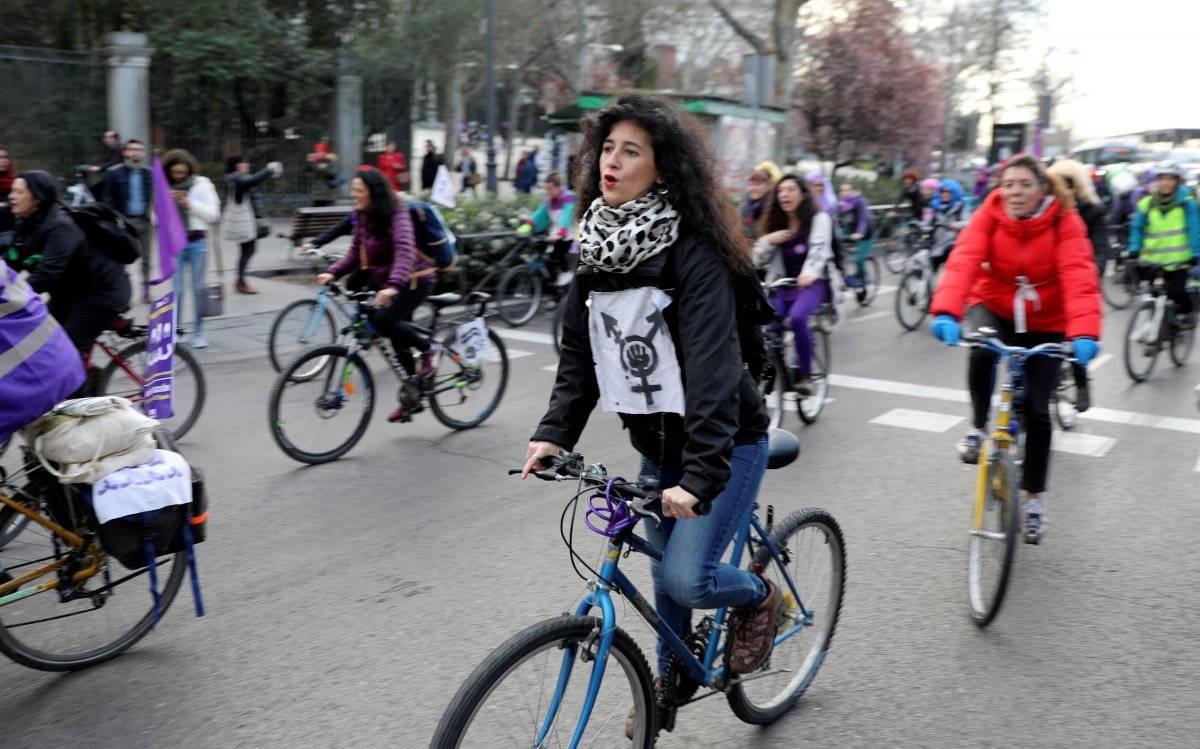 """Na Espanha, mulheres pegaram suas bikes para um """"protesto sobre rodas"""" REUTERS/Sergio Perez"""