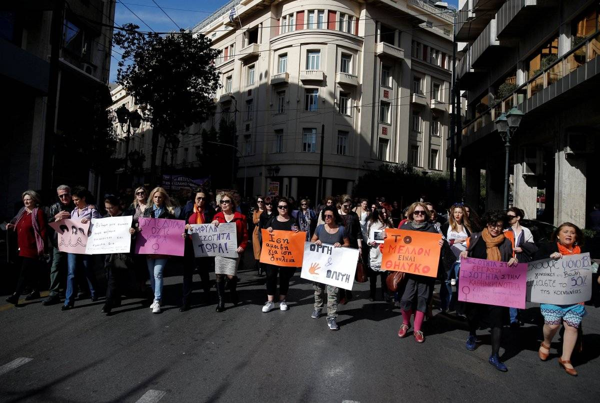 Passeata pelas ruas de Atenas, na Grécia, tem presença também masculina REUTERS/Costas Baltas