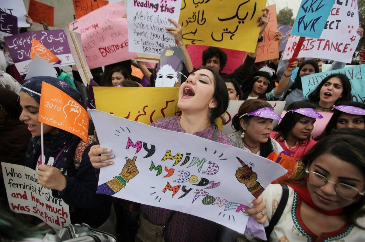 Mulheres gritam palavras de ordem em protesto em Lahore, Paquistão REUTERS/Mohsin Raza