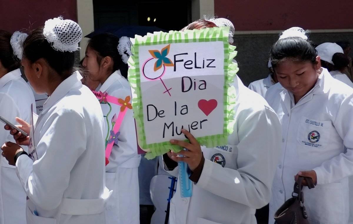 """Na Bolívia, enfermeiras participaram de passeatas na cidade de La Paz. Na placa, """"Feliz Dia da Mulher"""" REUTERS/David Mercado"""