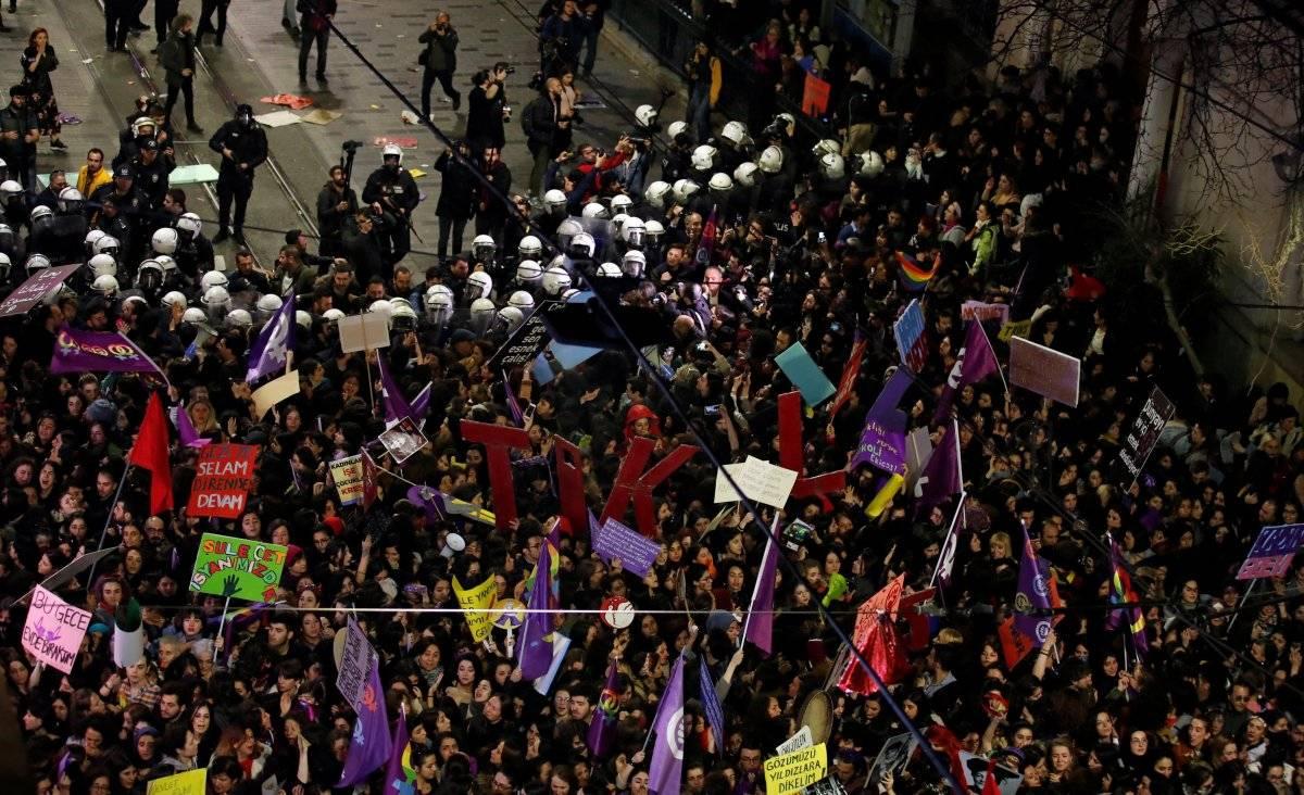 Polícia tenta dispersar uma marcha do Dia da Mulher em Istambul, Turquia REUTERS/Umit Bektas