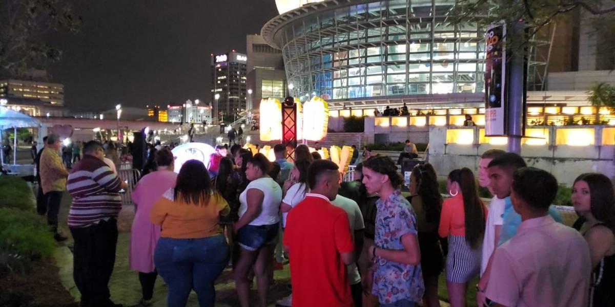 Llegan los fans de Bad Bunny al Choliseo