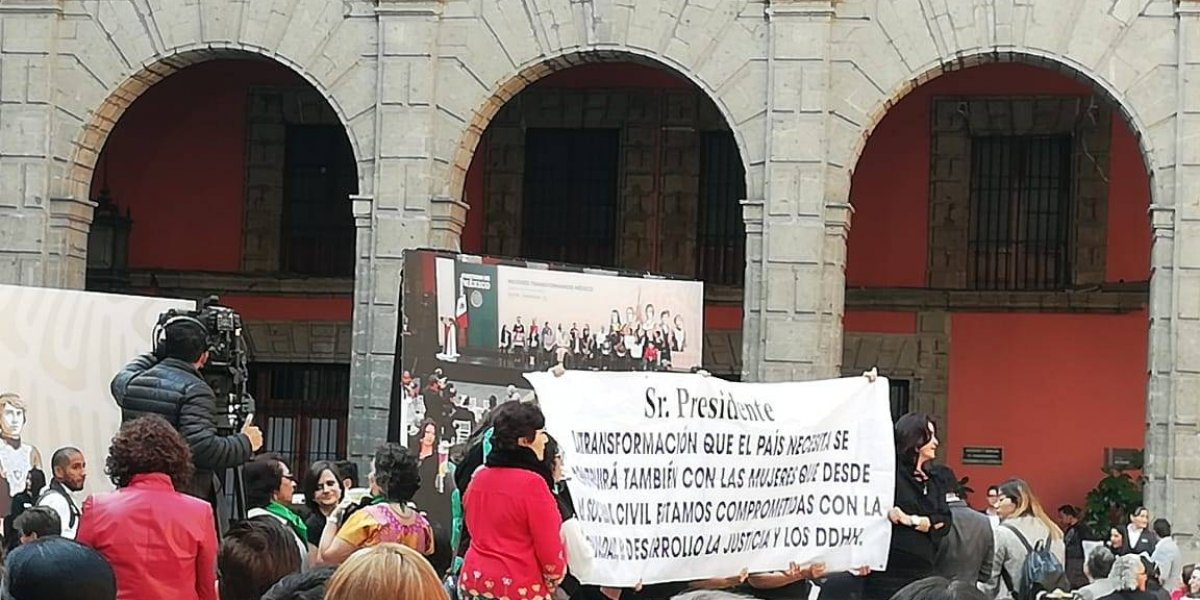 AMLO conmemora Día Internacional de la Mujer entre pañuelos verdes y mantas