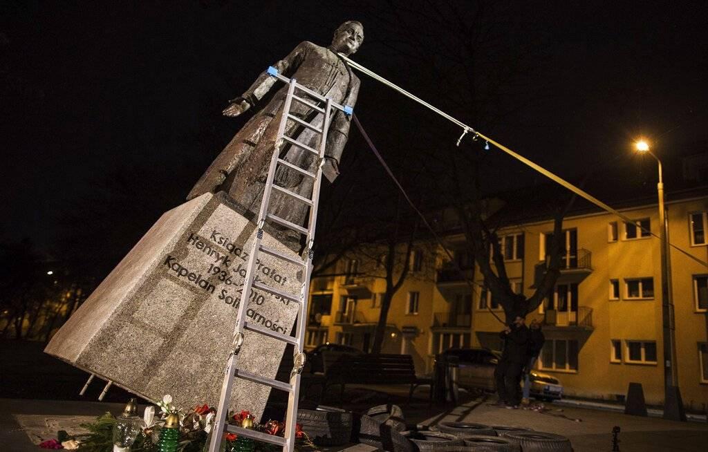Estatua derribada en Polonia
