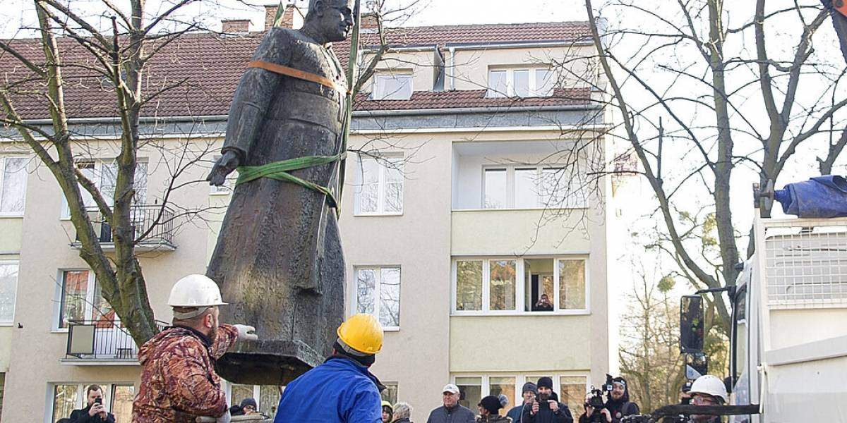 Retiran estatua de sacerdote acusado de pederastia en Polonia