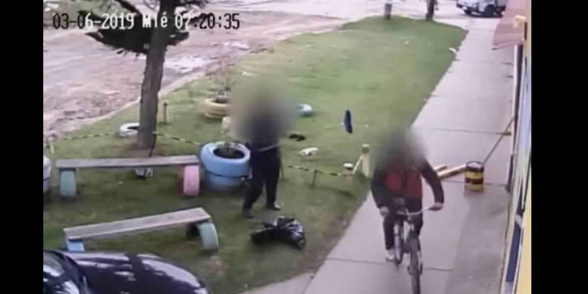 ¡No lo dejó pasar! Mujer golpeó hombre que enseñaba sus partes íntimas en jardín infantil